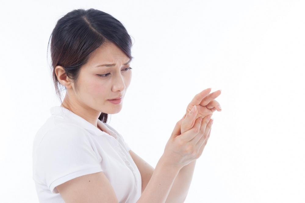 ばね指に苦しむ女性のイメージ