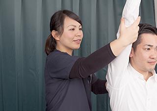 肩を検査中の写真