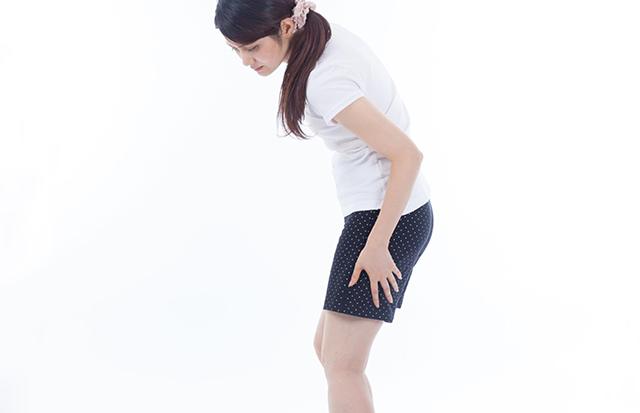 坐骨神経痛に苦しむ女性のイメージ