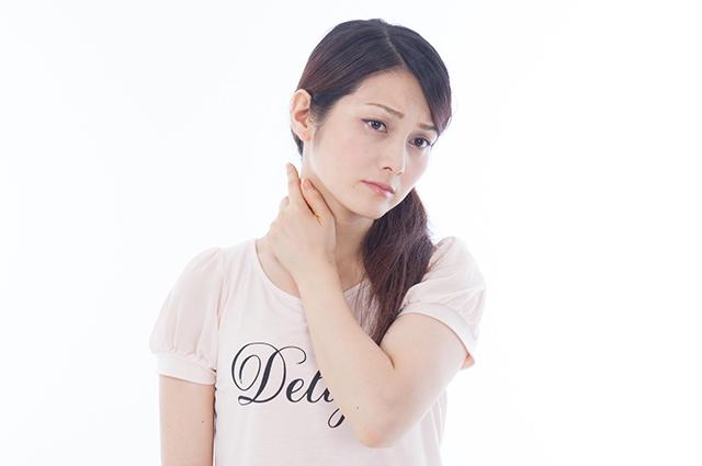頚椎椎間板ヘルニアに苦しむ女性のイメージ